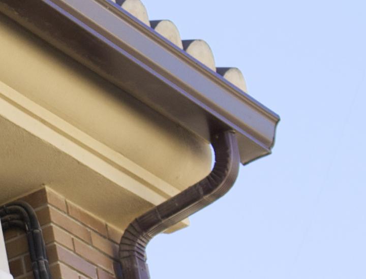 Trabajos de instalaci n y limpieza de canalones y bajantes for Canalon de aluminio
